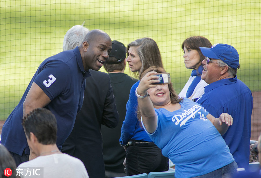 魔術師約翰遜現身MLB賽場為球隊助威 遇女球迷自拍合影-2.jpg