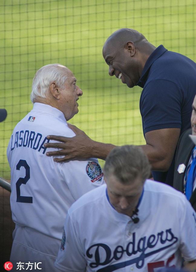 魔術師約翰遜現身MLB賽場為球隊助威 遇女球迷自拍合影-3.jpg