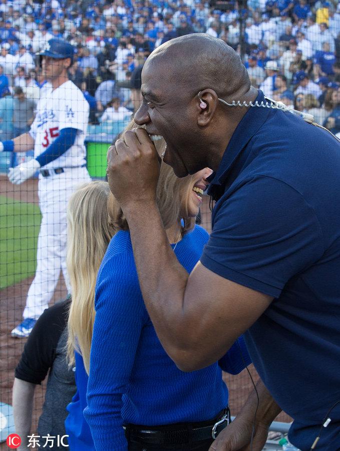 魔術師約翰遜現身MLB賽場為球隊助威 遇女球迷自拍合影-4.jpg