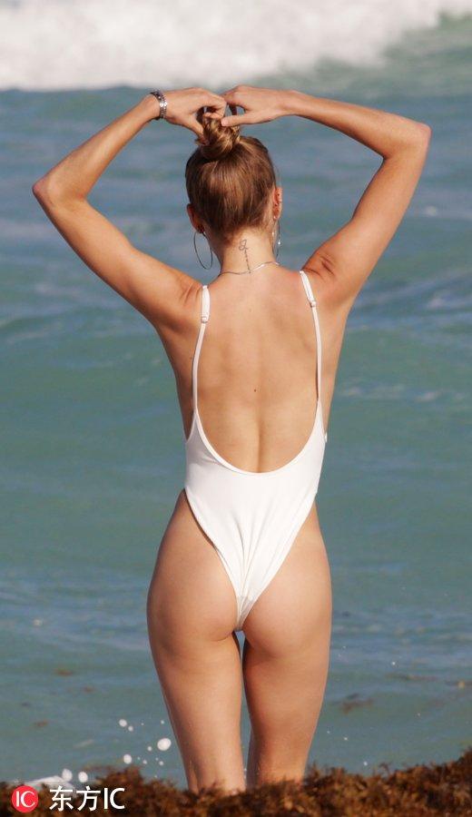 連體泳衣也可以很性感 MLB名將坎塞科女兒海邊戲水身材修長-3.jpg